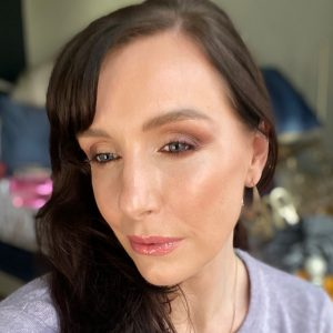 Makeup Ideas using the new Bobbi Brown Love In The Afternoon eyeshadow palette. Image of a dark hair women in her mid thirties wearing a smokey eyeshadow look created using the makeup reviewed in the post.