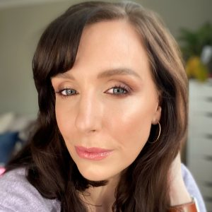 Smokey eyeshadow looks using the new Bobbi Brown Love In The Afternoon Palette! Makeup looks created with this Xmas 2019 edition. Image of a woman in her mid thirties wearing a look created from this palette.