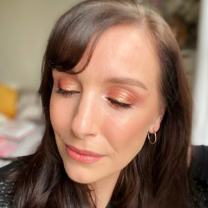 A golden smokey eye makeup from the Huda Beauty Mercury Retrograde eyeshadow palette!