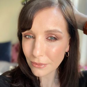 Party makeup ideas using the Bobbi Brown Christmas party eyeshadow makeup palette! All looks are on a brunette female with blue eyes and a fair skin tone. This look is a rose gold eye makeup look.