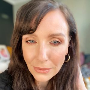 A warm, soft eyeshadow makeup worn by a brunette woman for a review of a Bobbi Brown palette.