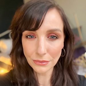Zoeva Spice Of Life Eyeshadow Palette review! Winter makeup inspiration using this eyeshadow palette. Image of a brunette woman wearing a smokey eye look from the palette.