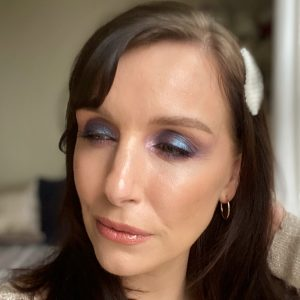 Party makeup looks using the Huda Beauty Mercury Retrograde palette! A glitter, smokey eyeshadow, mermaid, worn by a fair skinned brunette woman.