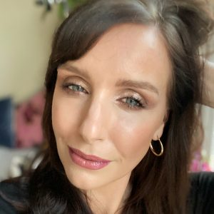 Makeup ideas using the Bobbi Brown Christmas 2019 makeup eyeshadow palette. This look is a glittery smokey eye, worn by a brunette woman.