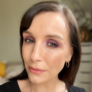 Christmas party makeup looks from Huda Beauty Mercury Retrograde eyeshadow palette. A purple, matte smokey eye worn on a fair skinned woman with brunette hair.