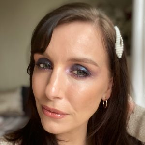 Christmas party makeup inspiration! Glitter smokey eyeshadow from the Huda Beauty palette worn on a fair skinned brunette woman.